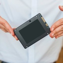 Image depicting the difference between an HHD and an SSD